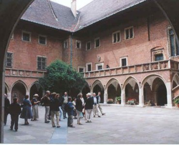 Participants of the Symposium on the court of Collegium Maius in Cracow, LSCE 2002. Excursion organized by Prof. J.Białkiewicz.